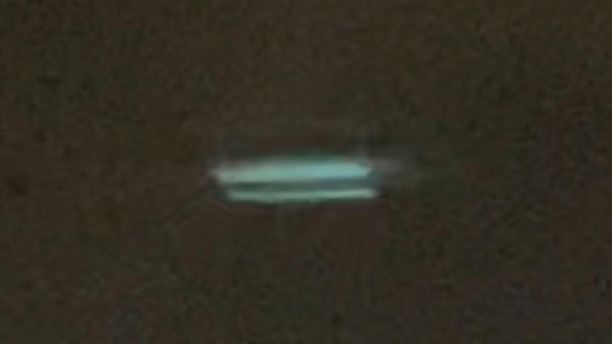 НЛО прямоугольной формы совершает неестественные перемещения